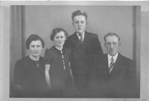 Krista Bertelsen med børnene Amy Luise (Berits mor), Folmer og mand Kresten Christensen